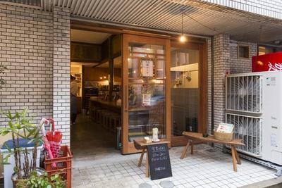 店は地下鉄赤坂駅近くの裏通りに建つ