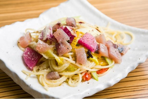 【写真を見る】「羽ガツオの炙りカルパッチォ」(650円)。シンプルな味付けで素材の甘味を生かす