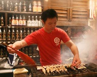 店内からは焼き場が見られ、食欲をそそる香りが漂う