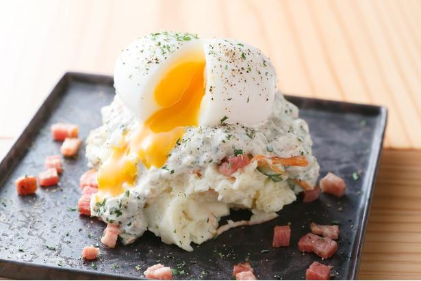 「ポテトサラダ」(648円)。存在感を放つ半熟卵がまろやかさをプラス