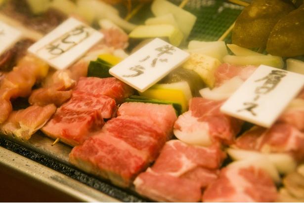 【写真を見る】ネタは常時約26種類を用意。「しいたけ」(1本216円)など野菜も並ぶ