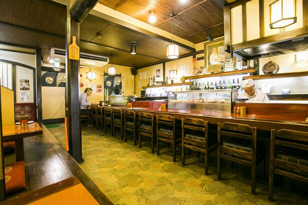 重厚な梁など歴史を感じる店内。1階にはカウンター、テーブル席を備える