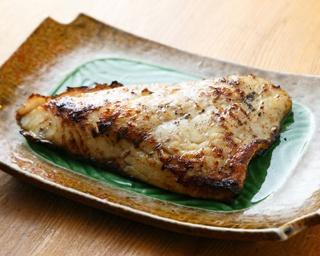 「磯貝の刺身六点盛り」(2人前2916円〜)。ネタは、マグロやイサキなど日替り6種類入る