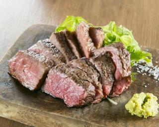 「ビーフマンステーキ&赤身ステーキ ハーフ&ハーフ」(200g2030円)。イチボなどの希少部位と熟成赤身肉が一度に味わえる