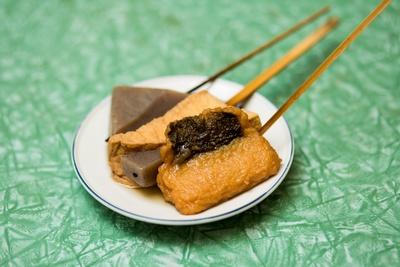 厚あげ、こんにゃくなど15~20種類もあり、持ち帰りもできる「関東煮」(1本120円)