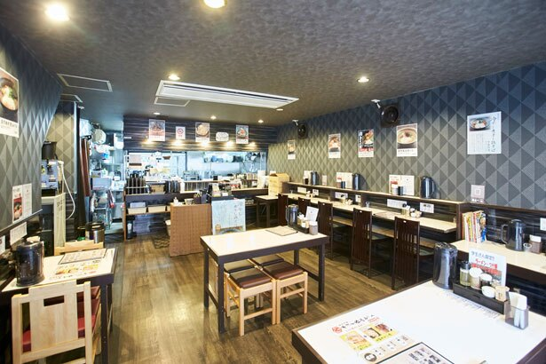 シックな色合いの店内は、一人でも落ち着ける/濃厚鶏そば 麺屋武一 神戸本店