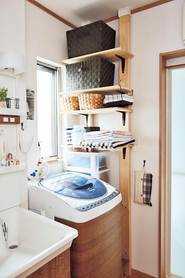 天井から床の空間を活かして、DIYで壁面棚を取りつけ