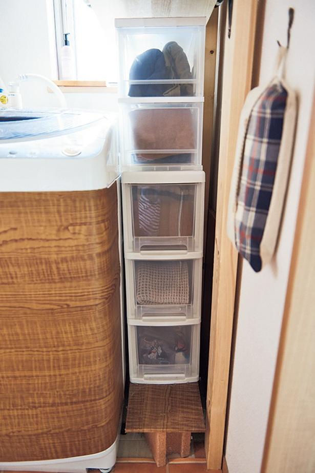 洗濯機と壁のすき間をブロックと板で底上げして、衣類引き出しを設置