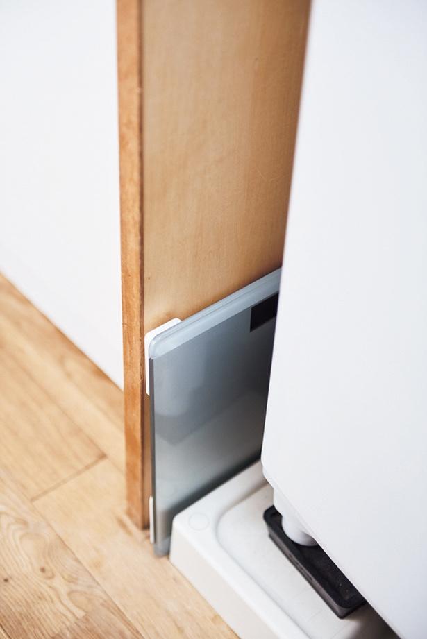 【写真を見る】洗濯バンと壁の間にある3cmのすき間だって、体重計が収納できる!