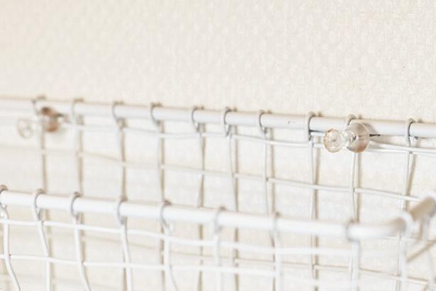 ワイヤーカゴを画びょうで壁につけただけ~