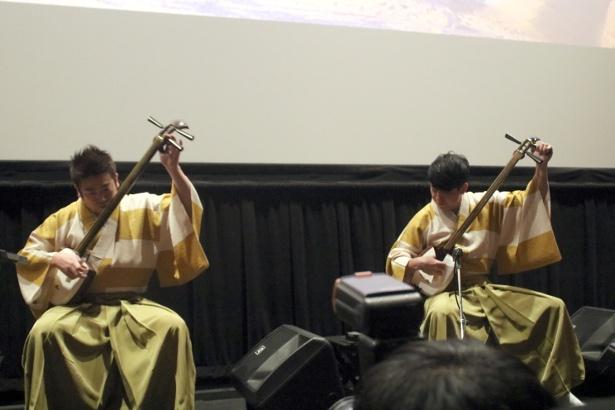 吉田兄弟が三味線の演奏を披露