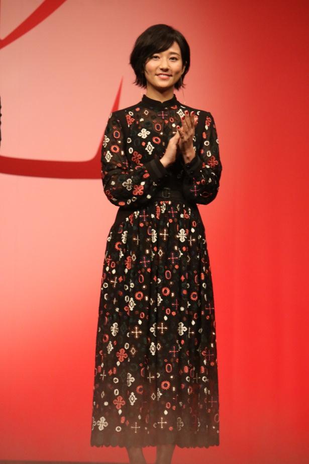 【写真を見る】木村文乃はフェミニンなプリントのワンピースで登壇