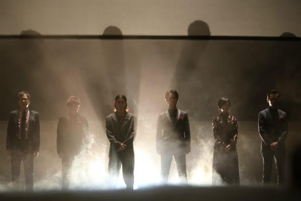 スモークの中、登場した6人