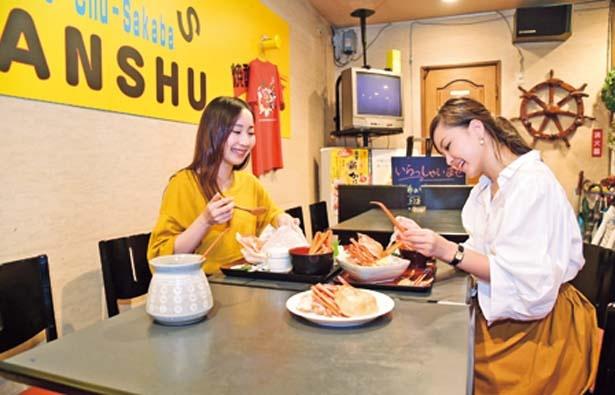 居酒屋風の店で好きなカニ料理を注文/YANSHU