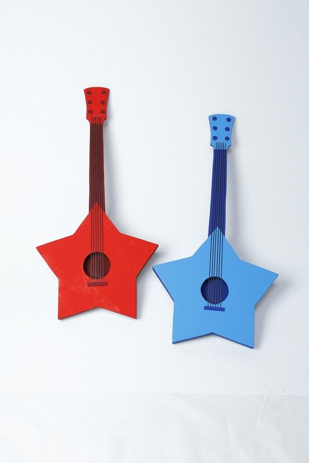 【画像を見る】2人をイメージした赤と青の星型ギター どんな音色が?