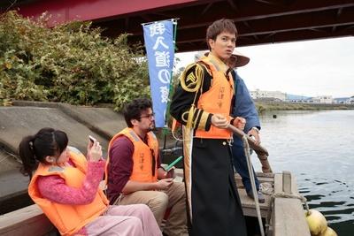 渡し舟で沼津港に向かうボイメン水野(右)ら一行