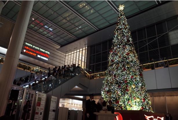 クリスマスツリーは黄色や青など時間によってライトの色が変わる