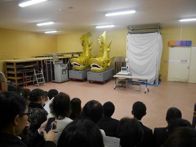 倉庫のような場所に観客席だけ用意された舞台
