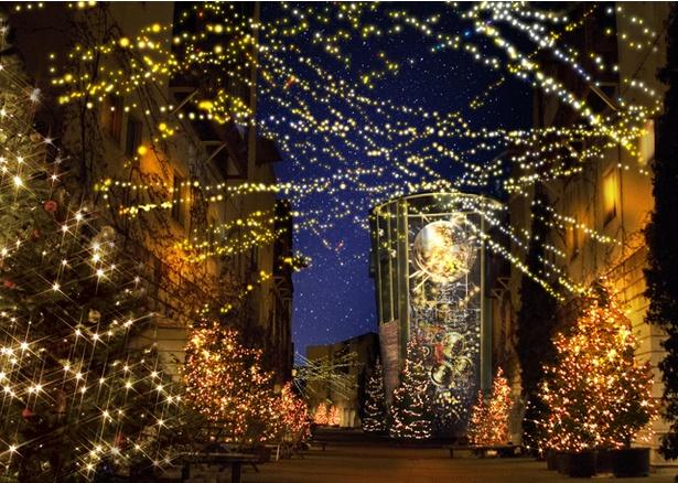 【写真を見る】「八ヶ岳クリスマスタウン」では、中央タワーに投影されるプロジェクションマッピングがイルミネーションと連動