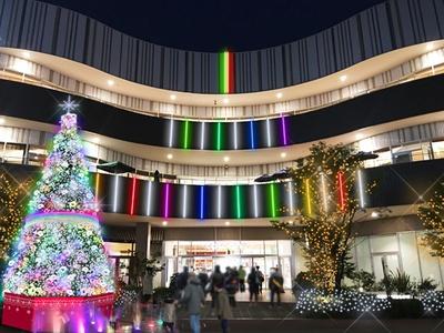 コクーンひろばではコクーンシティのシンボルであるツリーと、外壁にかかる虹を連想させるカラフルなライト、けやきウォークのイルミネーションが連動して光る演出が楽しめる