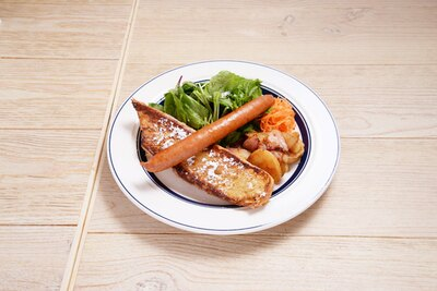 「AMTcafe」では、ハーフサイズのフレンチトーストがのるランチアソートプレート(980円)が必食