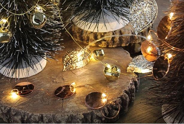 【写真を見る】優しい光で飾るシックな大人クリスマス