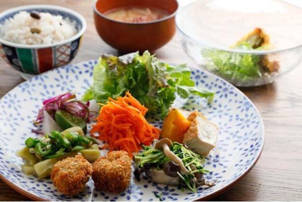 人気メニュー「とねりこランチ」(1420円)は、主菜や副菜が週替わり