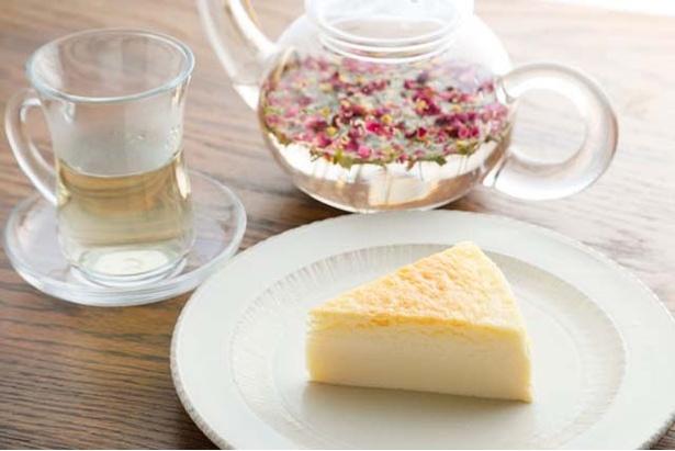 【写真を見る】喫茶メニューの「ケーキセット」(880円)。すべて手作りのスイ―ツや、オリジナルハーブティーは女性に人気