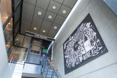 大名のビル2階に店を構える。看板をはじめ、壁に貼られたモノトーンのイラストを目印に