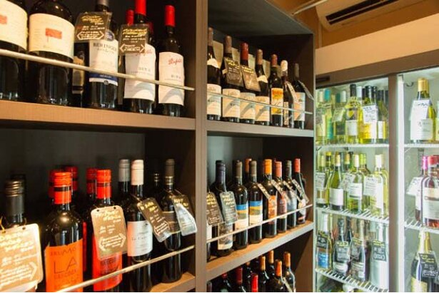 スタッフ自ら積極的に酒販店が催す試飲会などに参加し、コストパフォーマンスに優れたワインを仕入れることで、安価を実現