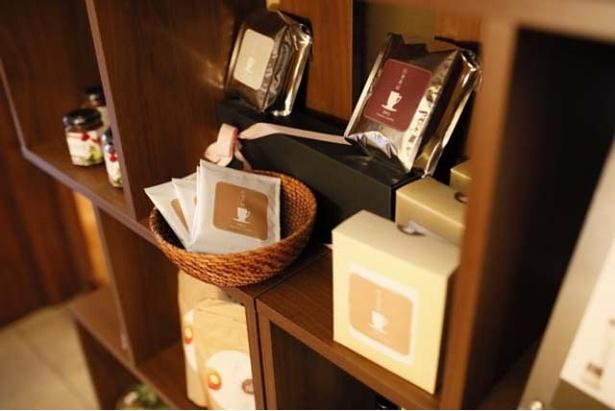 オリジナル商品も販売。「ドリップバッグ」(1パック172円)や、「フレンチドレッシング」(734円)、「ハニージンジャーシロップ」(864円)など