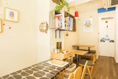 テーブルやカウンターのシート貼りなどはすべて青木さんがDIY。フランスをイメージしたかわいい店内にほっこり
