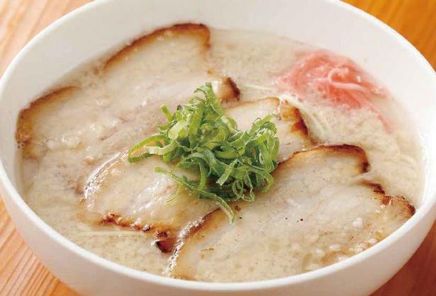【写真を見る】濃厚な豚骨スープが自慢の「とろける炙りチャーシューメン」