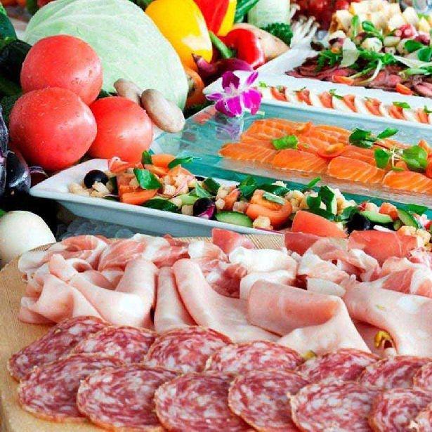 「ラ ヴェラ」には自家製パスタや窯焼きピザ、新鮮な魚介がズラリ