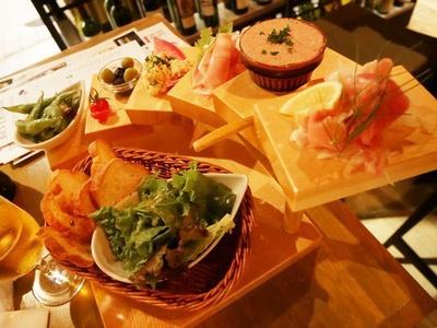 前菜の「階段盛り合わせ」。(上段から)生ハム、トリ肝のレバームース、サラミ、チーズそぼろ、ライトオリーブ、枝豆ニンニクオイル