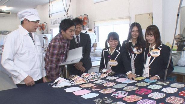 高級マスクに触れる高柳明音、古畑奈和、片岡成美(写真右から)
