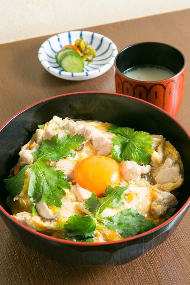 「親子丼」(870円)は、玉子は2個分の卵白と黄身1つを使い、ふわっと仕上げる