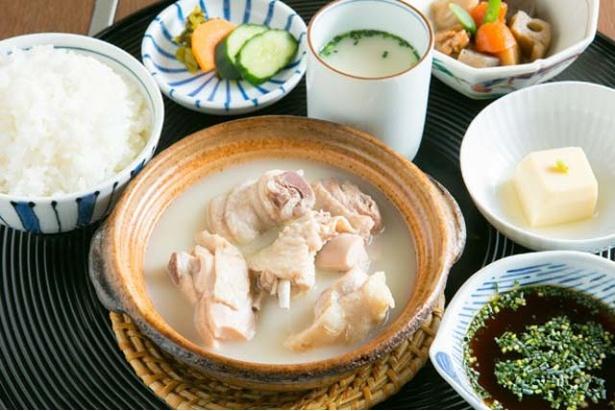 2号店でのみ提供する「水だき小鉢定食」(1950円)。鶏肉は、高等ネギをちらした自家製酢醤油をつけて食べる