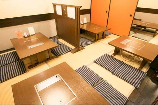 テーブル席に加え、座敷も用意。お一人様から家族連れ、団体利用まで幅広く対応