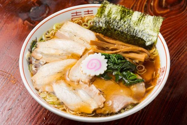 醤油スープがほんのり甘く、まろやかな一番人気のチャーシューメン(800円)