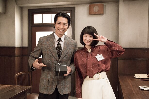 NHKの講師役を演じるディーン・フジオカと黒柳徹子を演じる清野菜名