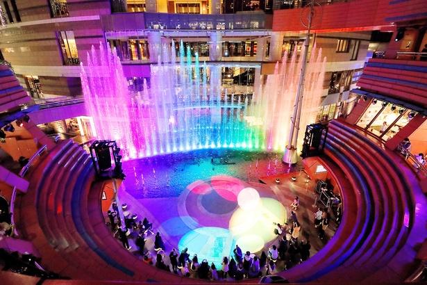 「東方神起」の名曲に合わせて水と光が色あざやかに変化する