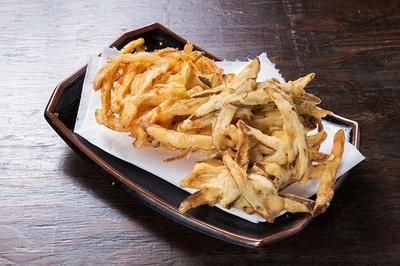 野菜のかき揚げ(左)とごぼう天(右)。トッピングで人気の天ぷらは、幅広い年齢層に支持されている
