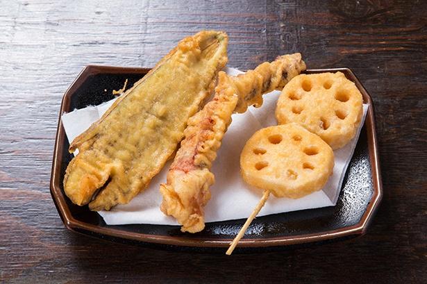 (左から)茄子天、ゲソ天、蓮根天。定番から変わり種の天ぷらまで約16種類が選び放題だ