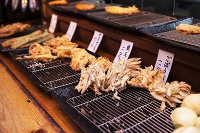 揚げたてを楽しむなら昼どき、お得に楽しむなら金・日曜に行われる「天ぷらサービスデイ」が狙い目だ