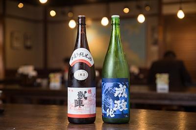 香川県の悦凱陣(よろこびがいじん、左・690円)や富山県の成政(右・690円)など日本酒もある