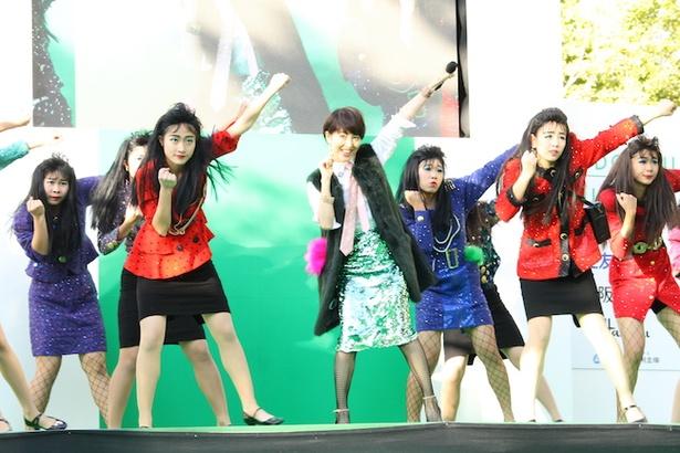 【写真を見る】荻野目洋子とバブリーダンサーズが「ダンシング・ヒーロー」をコラボ!