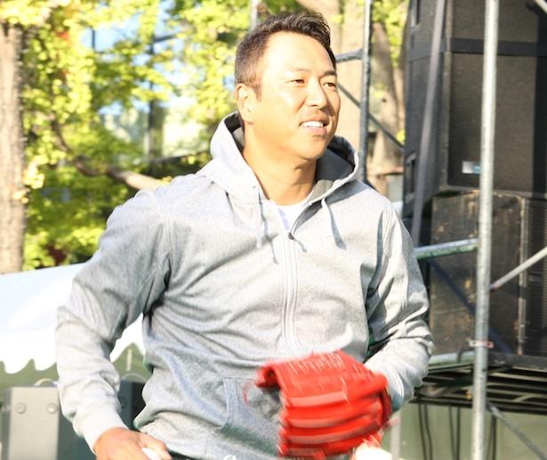 昨年、現役を引退した黒田博樹がプロ野球選手を目指す子どもたちと400メートルをボールで繋いだ