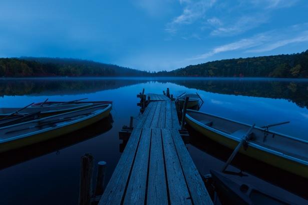 白駒荘前から見た白駒池。夕暮れ、星空、 朝焼けと一日中美しい