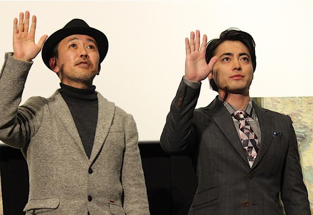 【写真を見る】山田孝之、直立で手を振り会場も大爆笑!